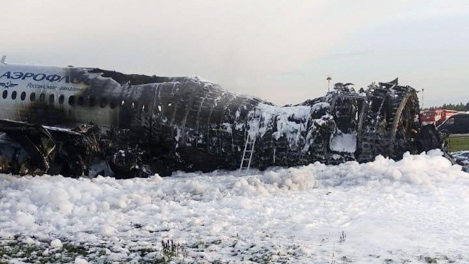 Foto: El avión, tras la intervención de los bomberos. (Reuters)