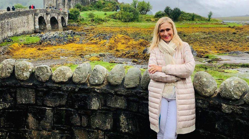 Foto: Cristina Cifuentes, con el castillo Eilean Donan a la espalda. (Redes)