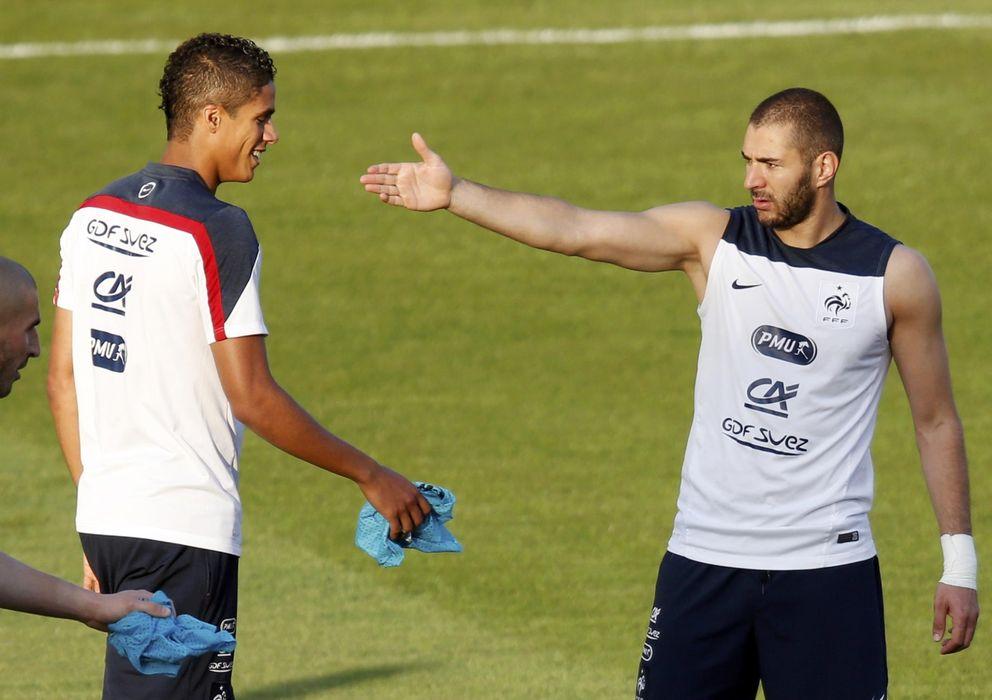 Foto: Varane y Benzema, durante un entrenamiento con Francia (Reuters)