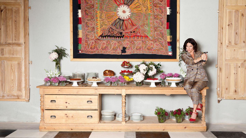 Samantha lleva traje de chaqueta de Massimo Dutti, stilettos de Manolo Blahnik y pendientes de Uterqüe. El estilismo de la mesa y el buffet de postres son de Catering Samantha.