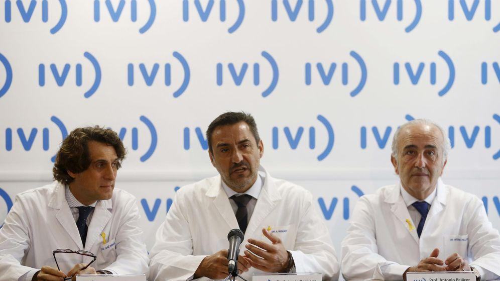 Foto: Los presidentes del grupo IVI, José Remohí (i) y Antonio Pellicer (d), y el director general médico, Antonio Requena (c). (EFE)