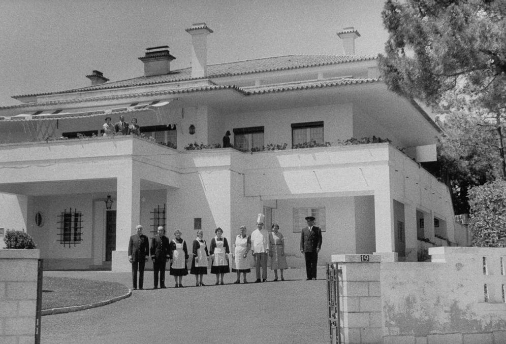 Foto: El conde de Barcelona con su mujer, doña Mercedes, su hija Pilar y el servicio en su casa de Madrid, Villa Giralda. (Nina Leen/The LIFE Picture Collection/Getty Images)