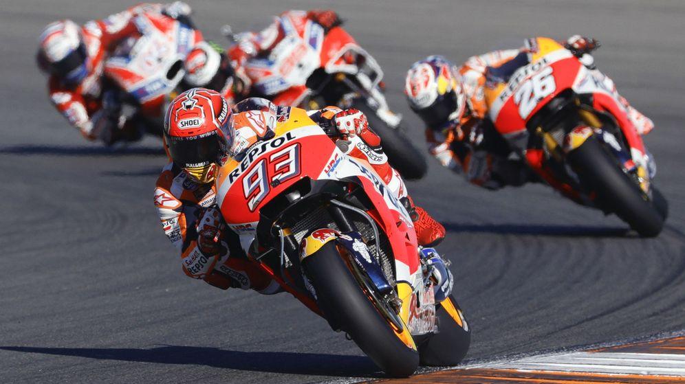 Foto: Marc Márquez seguido de su compañero Dani Pedrosa y las dos Ducati. (EFE)