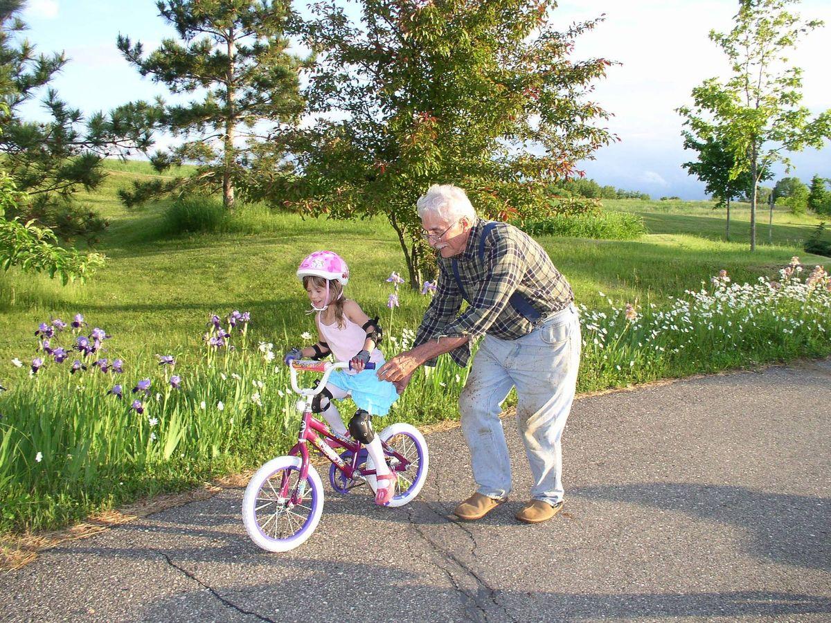 Foto: Un abuelo juega con su nieta en el parque. (Pixabay)