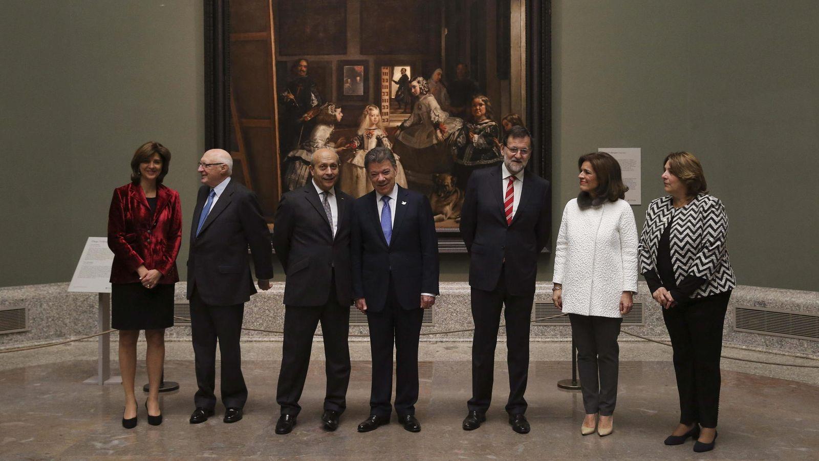 Foto: El presidente de Colombia, Juan Manuel Santos, entre Mariano Rajoy y José Ignacio Wert, posan delante de 'Las meninas', en El Prado, el pasado martes. (EFE)