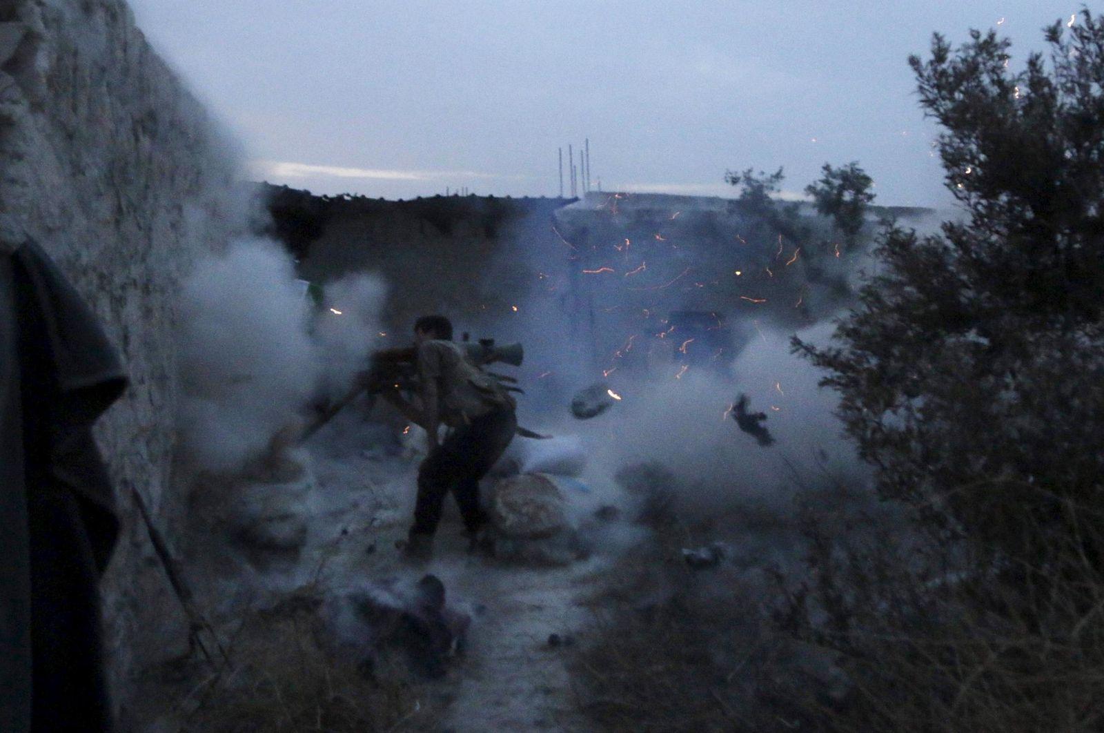 Foto: Un miliciano rebelde dispara un proyectil contra fuerzas del presidente sirio, Bachar al Asad, durante combates en Alepo, el 24 de mayo de 2015 (Reuters).