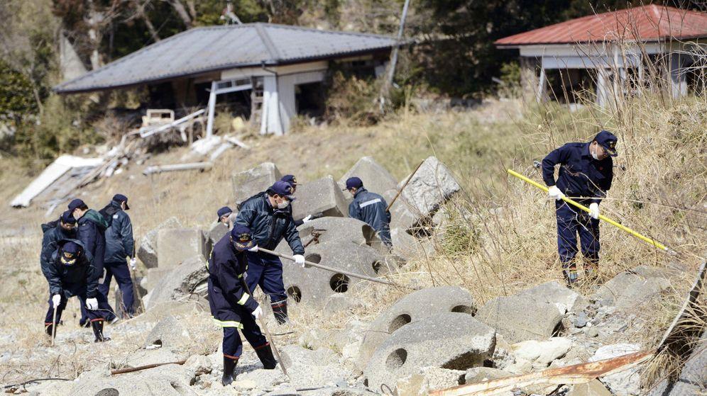 Foto: Agentes de policía buscan entre los escombros en marzo de 2011 (Reuters)