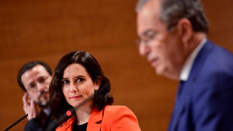 Isabel Díaz Ayuso mira a su consejero de Educación Enrique Ossorio. Foto: EFE.