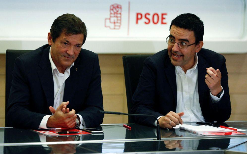 Foto: Javier Fernández y Mario Jiménez, presidente y portavoz de la gestora, el pasado 3 de octubre, en la primera reunión de la cúpula interina en Ferraz. (Reuters)
