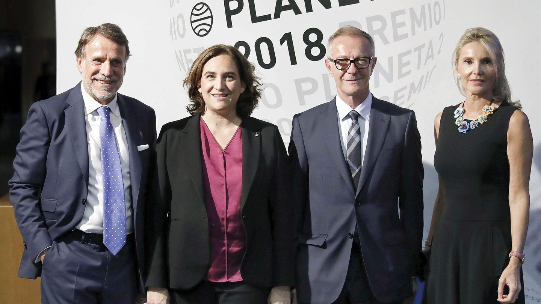 El ministro de Cultura, José Guirao (d), junto a la alcaldesa de Barcelona, Ada Colau; el presidente de la editorial Planeta (i), José Creuheras, y su esposa, Columna Martí (d), en la gala del Premio Planeta. (EFE)
