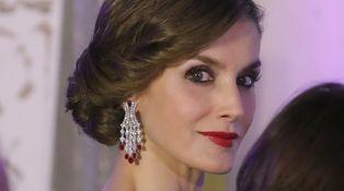 Una imponente Reina Letizia con pendientazos repite éxito
