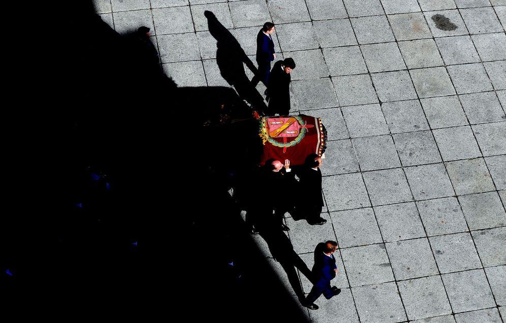 Foto: Los restos de Franco salen a hombros de sus familiares de la basílica del Valle de los Caídos, este 24 de octubre. (EFE)
