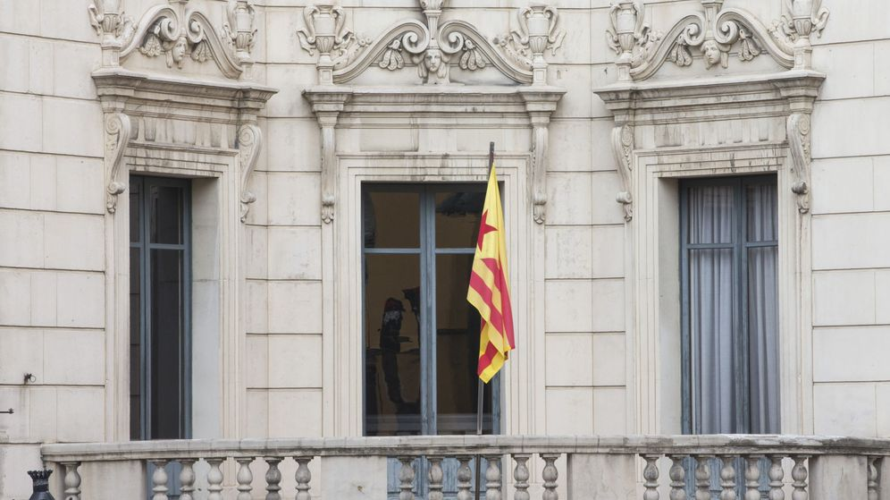 Foto: El Ayuntamiento de Berga colgó la bandera independentista en noviembre de 2016. (EFE)
