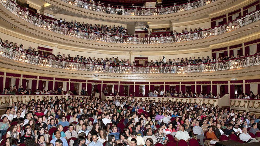Foto: Una clase para los alumnos del MIR de Oviedo en un teatro. (MIR Asturias)