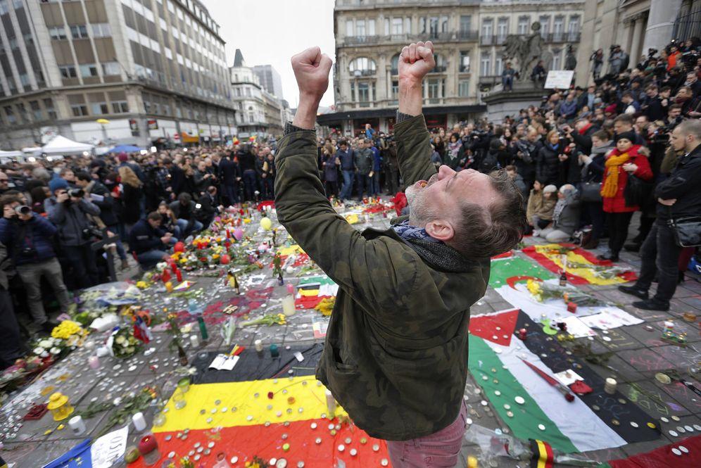 Foto: Un hombre grita ante un homenaje a las víctimas de los atentados de Bruselas, el 23 de marzo de 2016 (Reuters)