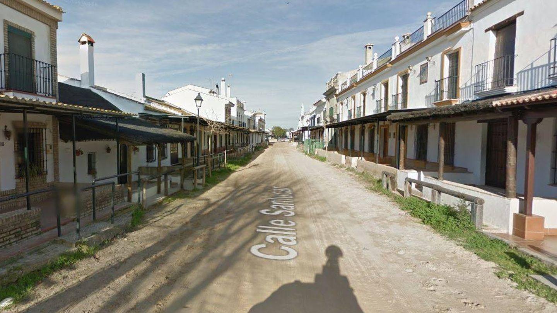Calle de la aldea de El Rocío, donde tiene casa el Litri. (Google)