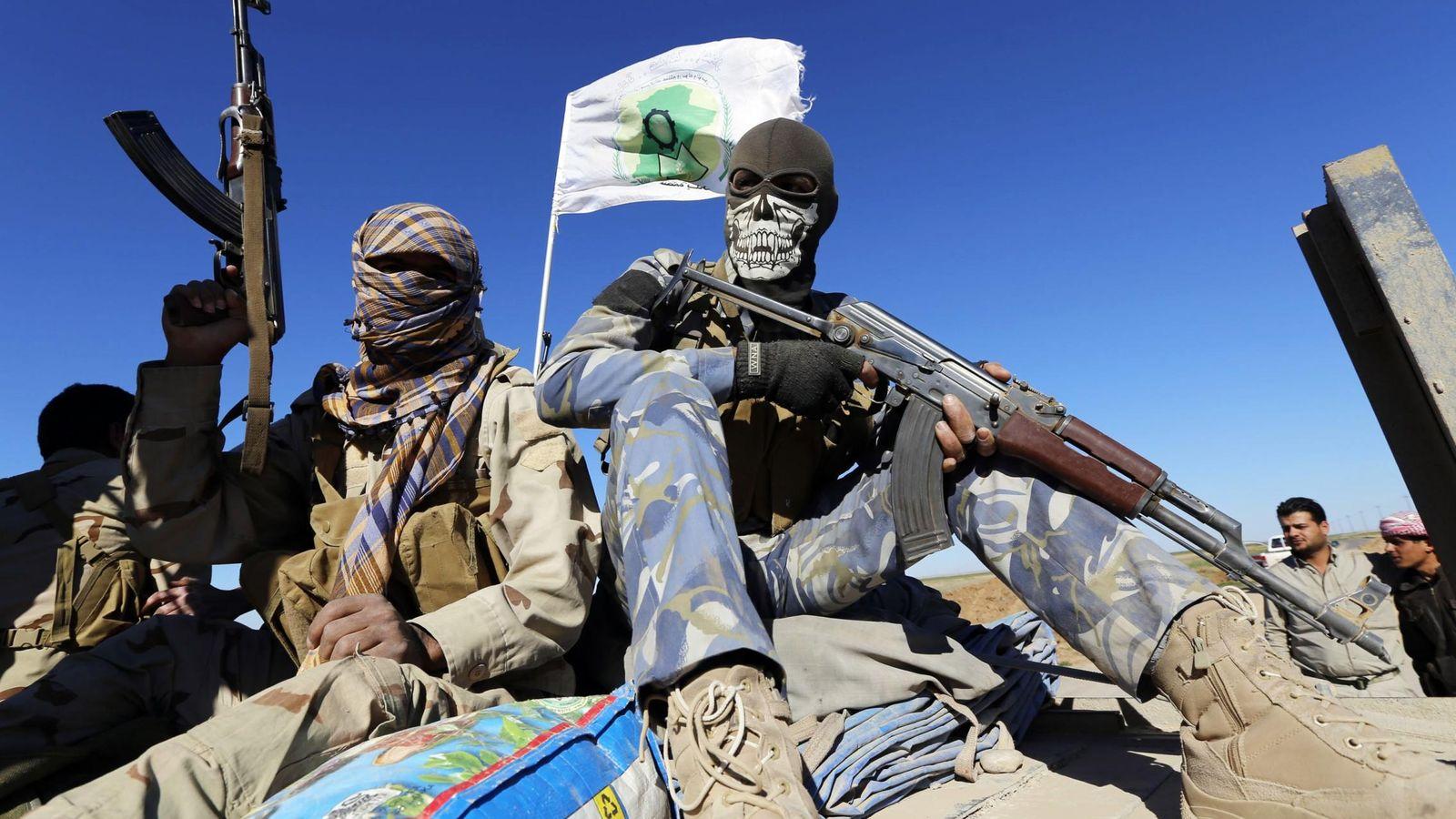 Foto: Milicianos chiíes iraquíes sostienen sus armas en Al Hadidiya, al sur de la ciudad de Tikrit, en su camino hacia el frente contra el Estado Islámico. (Reuters)