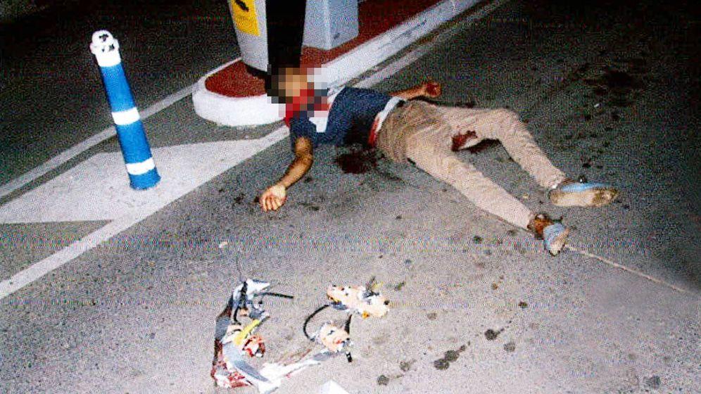 Foto: El cuarto terrorista de Cambrils, tras ser abatido junto al artefacto explosivo falso que amenazó con hacer explotar.