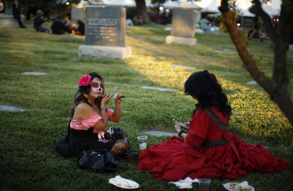 Foto: Veronica Velásquez se maquilla durante la celebración del Día de los Muertos en Los Ángeles, EEUU. (Reuters)