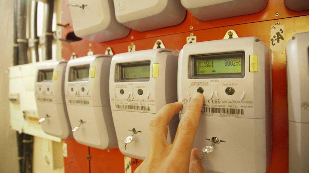 Foto: Los nuevos contadores inteligentes transmiten información instantánea de nuestro consumo horario. (EFE)