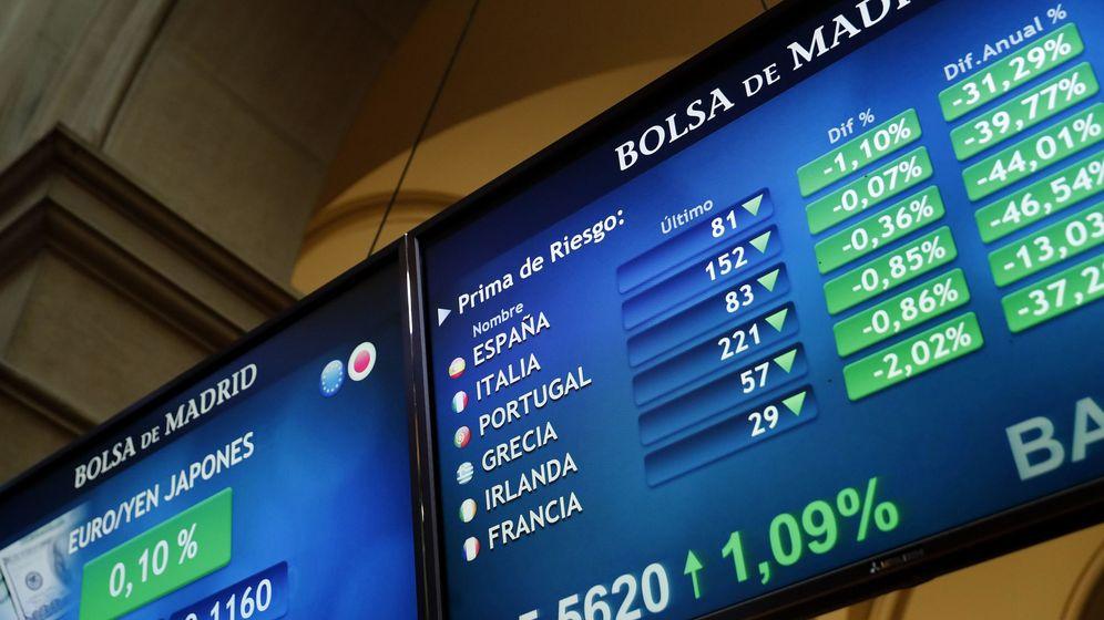 Foto: Paneles de cotización del Ibex 35 en la Bolsa de Madrid