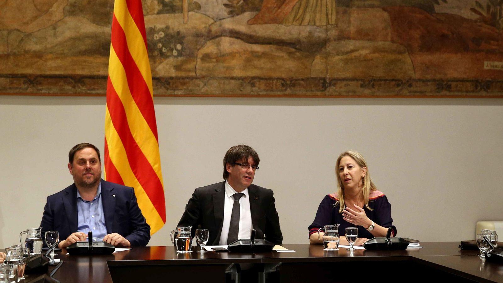 Foto: Carles Puigdemont, junto a Oriol Junqueras y Neus Munté. (EFE)