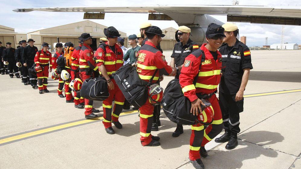 Foto: Militares de la UME y miembros del Grupo de Montaña de la Guardia Civil este sábado en la Base Aérea de Zaragoza. (EFE)