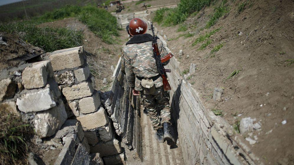 Foto: Un soldado armenio patrulla una trinchera en el frente de Nagorno Karabaj. (Reuters)