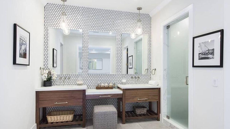 Uno de los cinco baños. (TheMLS.com)