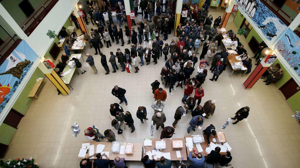 Foto: Colas en un colegio electoral de Barcelona en la jornada del 20-D. (Reuters)