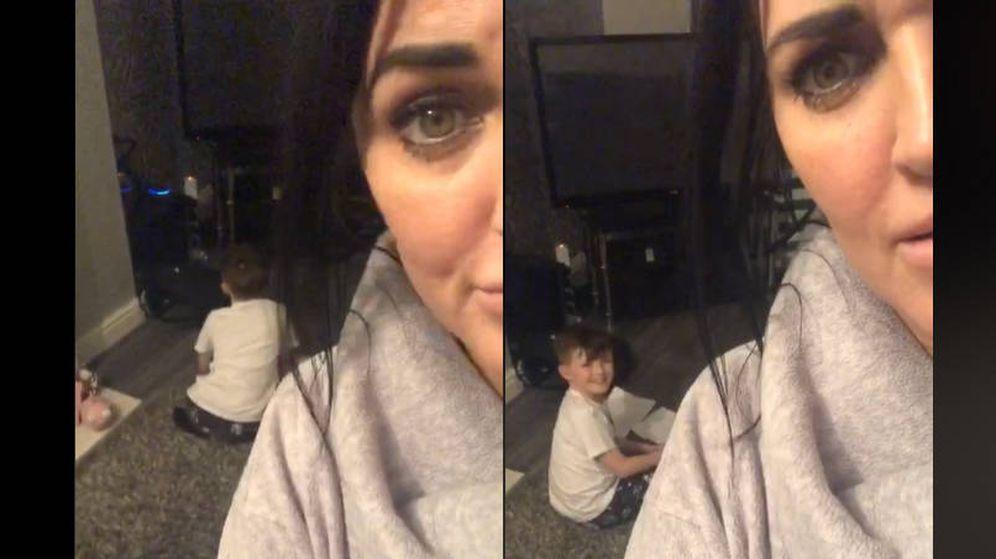 Foto: La madre de Bryce, en el momento de sorprender al menor mientras usaba a Alexa para sus deberes (Foto: Facebook)