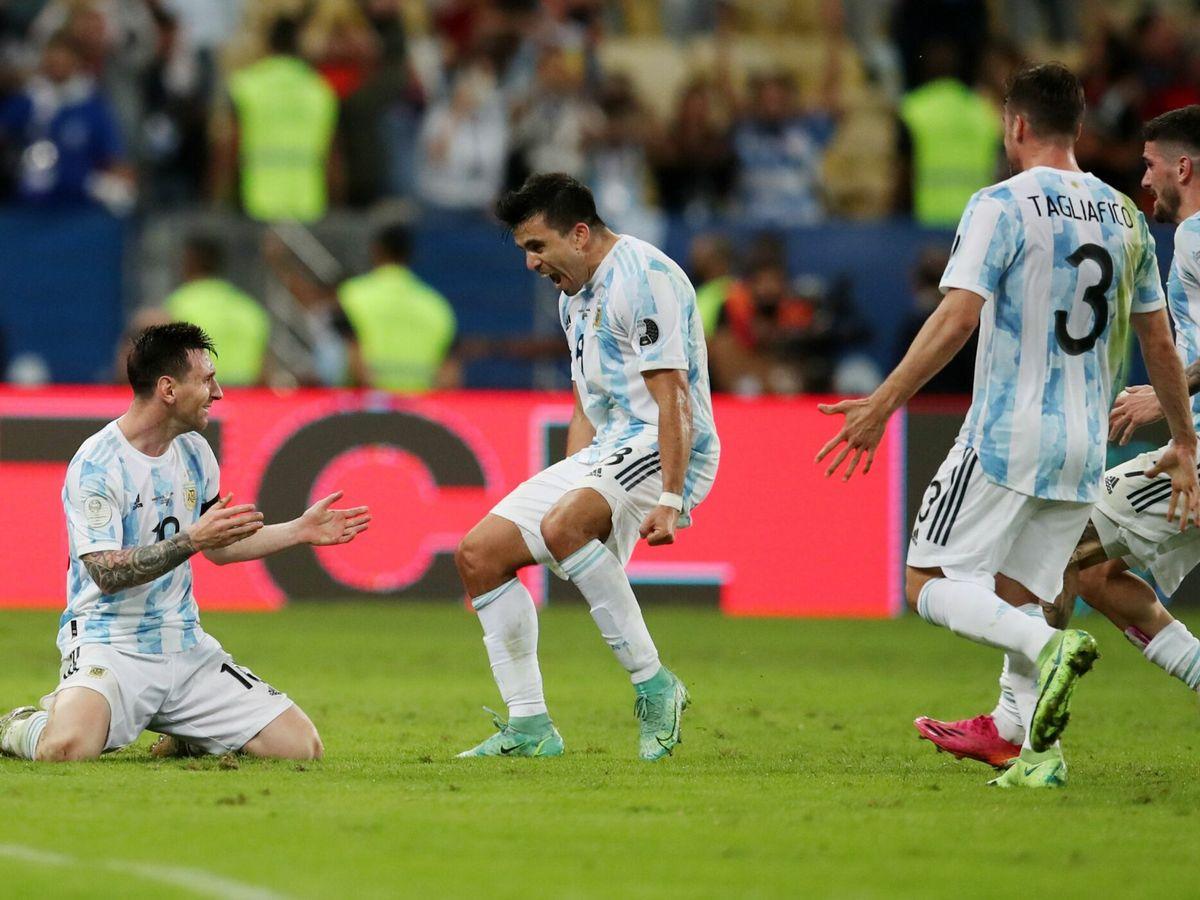 Foto: Los jugadores argentinos celebran la victoria. (Reuters)