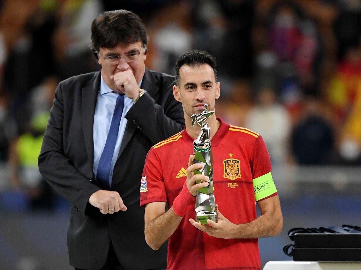 Foto: Busquets, con el trofeo de mejor jugador de la final de la Nations League. (Reuters)