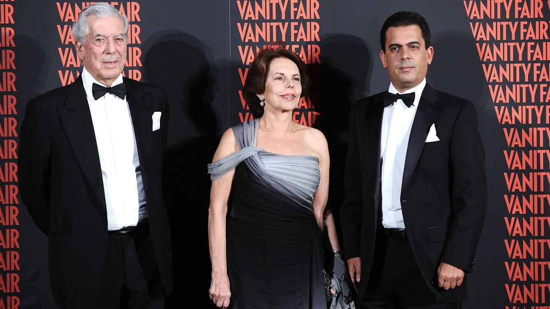 Foto: Gonzalo Vargas Llosa junto a sus padres, en una imagen de archivo