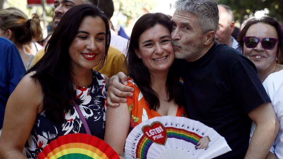 Foto: Fernando Grande-Marlaska besa a la exministra de Sanidad Carmen Montón (c). (EFE)