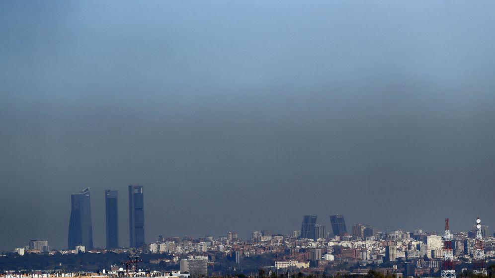 Foto: Vista de Madrid con el parque empresarial de las Cuatro Torres. (EFE)