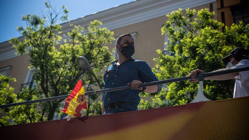 Foto: Santiago Abascal se asoma desde el autobús fletado por Vox.