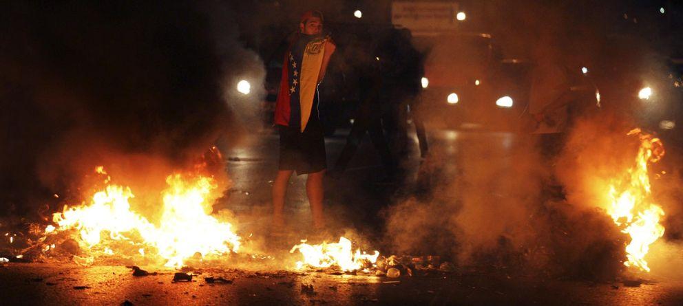 Foto: Una persona protesta en las calles de Caracas (Reuters)