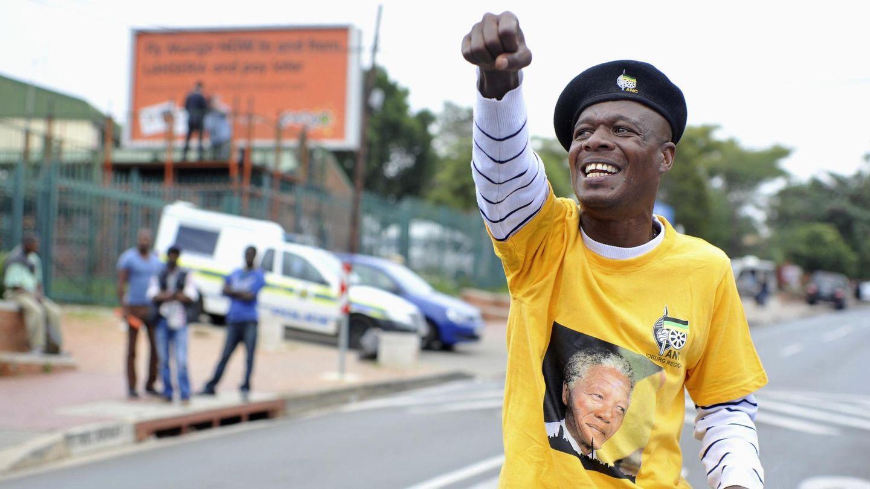 Un hombre con una camiseta con el rostro de Mandela gesticula en Soweto (Reuters).