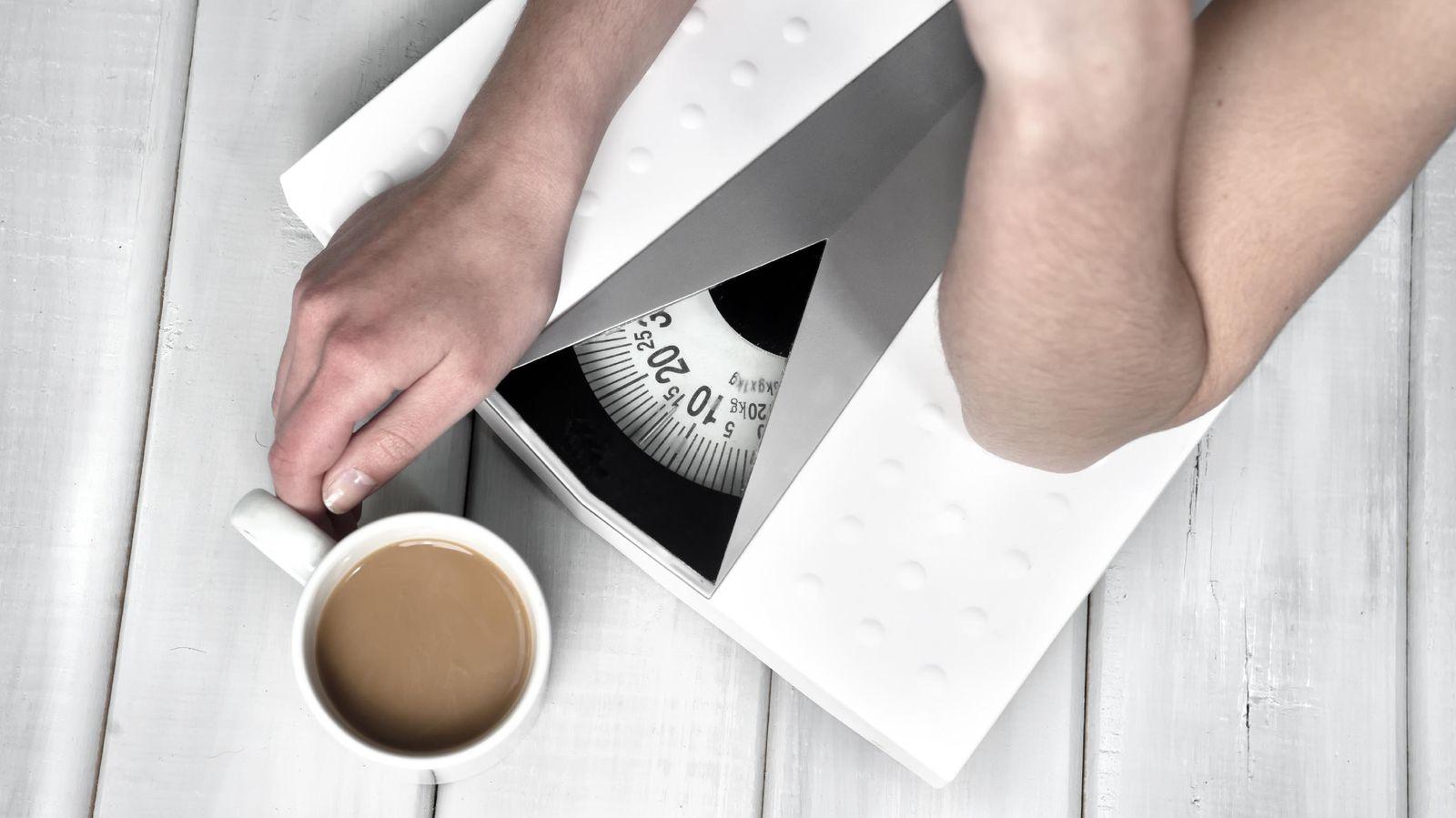 Foto: No es que la báscula esté rota. Ahí hay algo que sobra y que te impide adelgazar mientras haces dieta. (iStock)