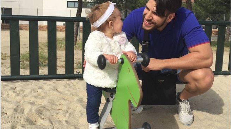 Diego Matamoros junto a la que creía que era su hija. (Redes)