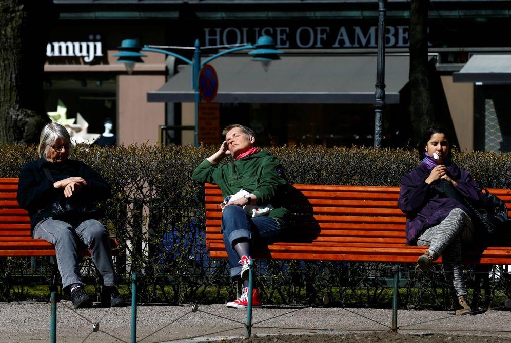 Foto: Varias mujeres toman el sol en un parque de Helsinki, en mayo de 2017. (Reuters)