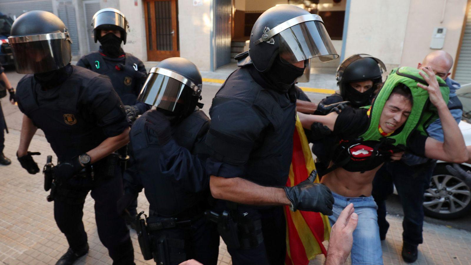 Foto: Desalojo de Unipost, en Terrasa. (Reuters)