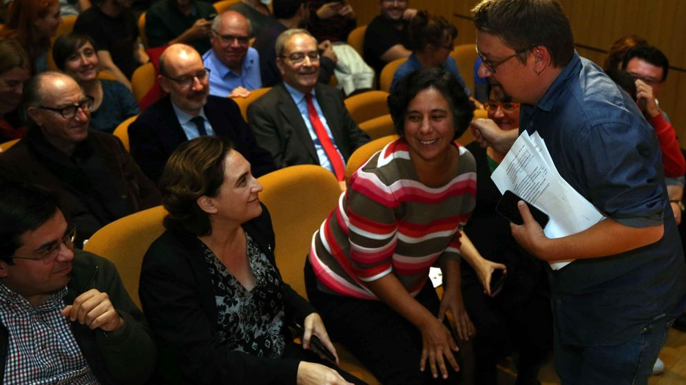 Foto: El portavoz de En Comú Podem en el Congreso, Xavier Domènech (d), saluda a la alcaldesa de Barcelona, Ada Colau (2 i). (EFE)