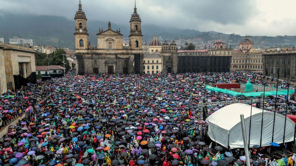 Foto: Miles de personas ocupan la Plaza de Bolívar durante el desarrollo del denominado Paro Nacional este jueves, en Bogotá (EFE)