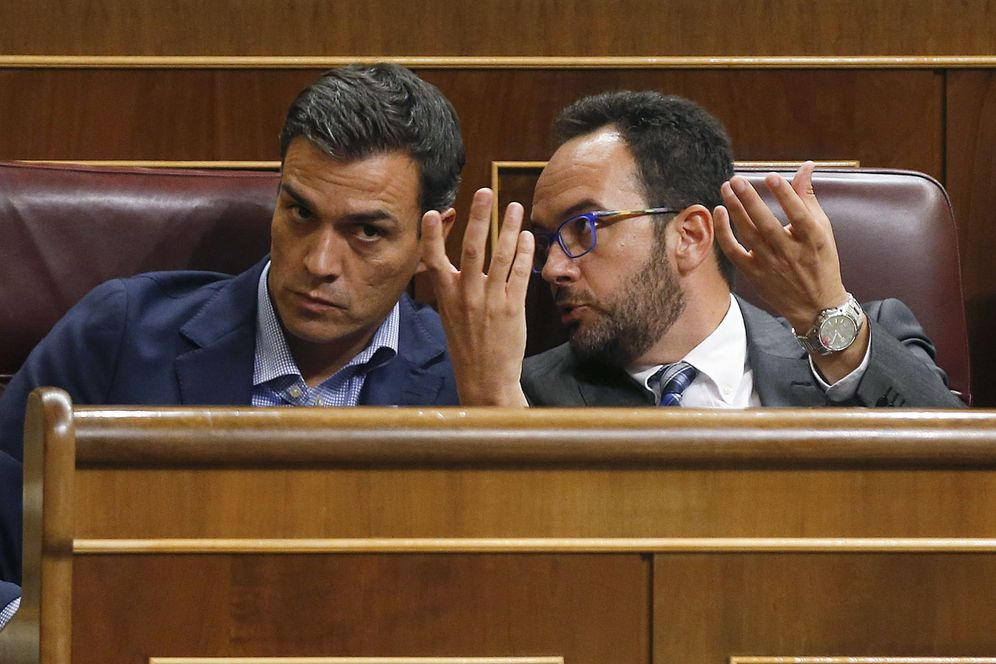 Foto: Pedro Sánchez con su portavoz parlamentario, Antonio Hernando, este 27 de septiembre en el pleno del Congreso. (EFE)