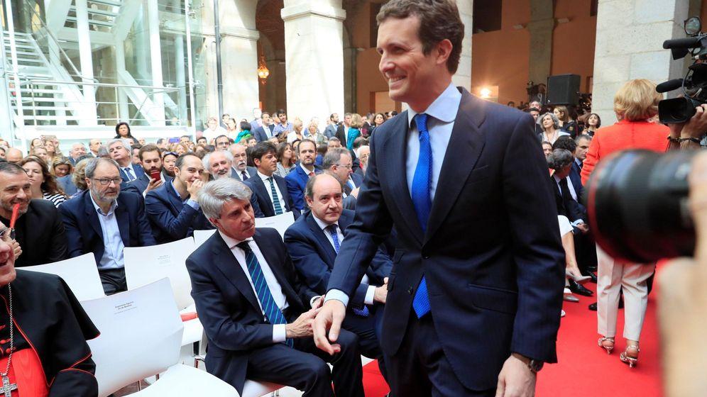 Foto: Pablo Casado pasa por delante de Ángel Garrido sin saludarle.