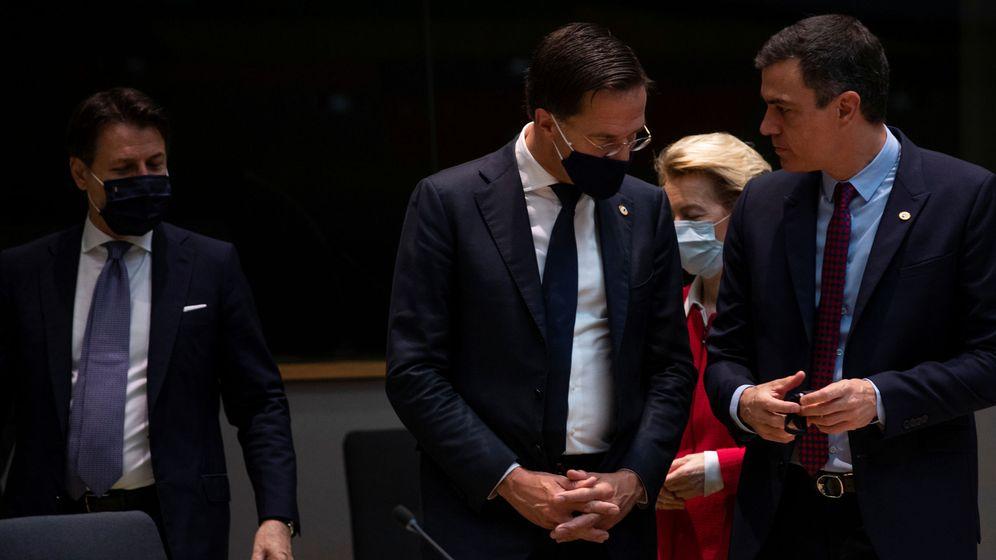 Foto: El primer ministro neerlandés, Mark Rutte, habla con el presidente del Gobierno de España, Pedro Sánchez. (Reuters)