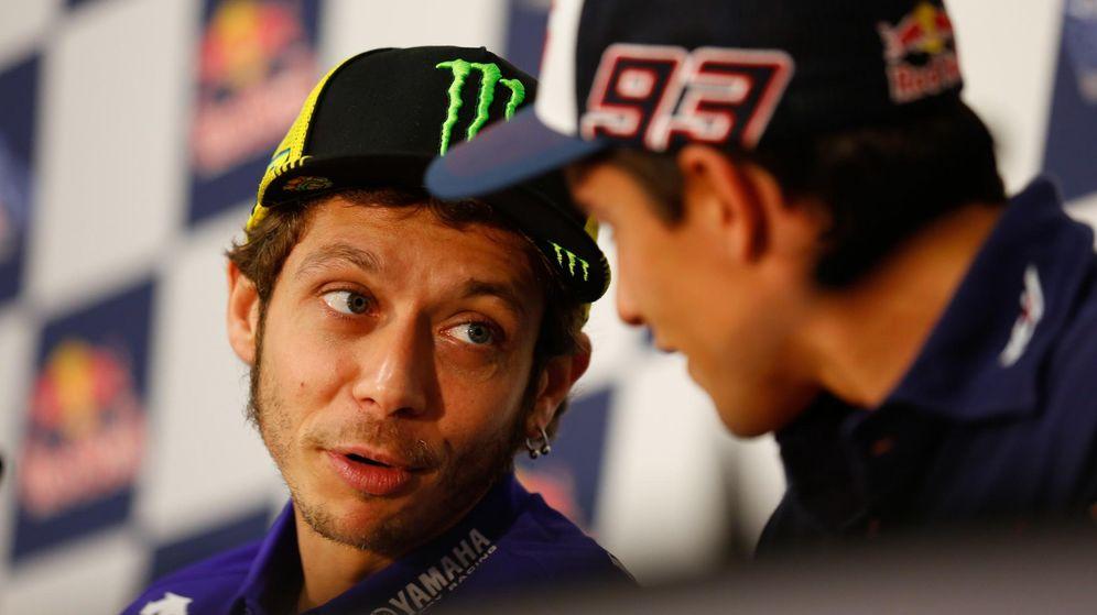 Foto: Valentino Rossi charla con Márquez durante la rueda de prensa (MotoGP).