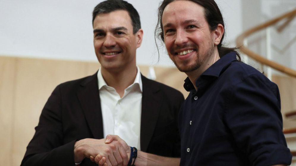 Foto: Los líderes del PSOE, Pedro Sánchez, y de Podemos, Pablo Iglesias, al inicio de la reunión que han mantenido este miércoles. (Efe)